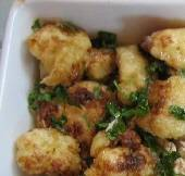 Fried cauliflower florets with oil & lemon sauce, garnished with fresh parsley